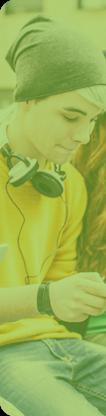 Un adolescent avec un smartphone et des écouteurs