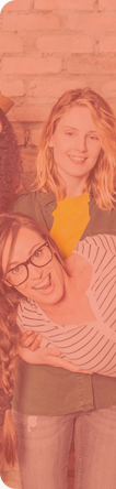 Deux jeunes femmes qui sourient et recherchent un emploi