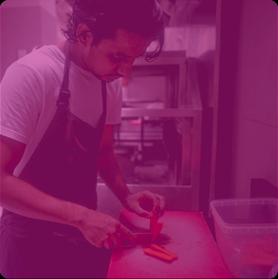 Un homme travaillant dans une cuisine de restaurant pour une formation