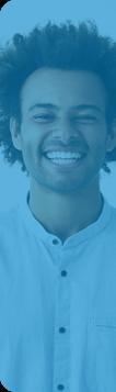 Un jeune homme sourit sur fond bleu