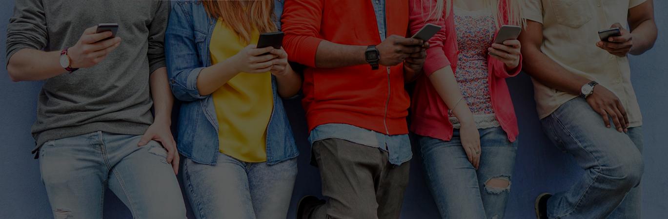 Cinq adolescents regardent leurs téléphones