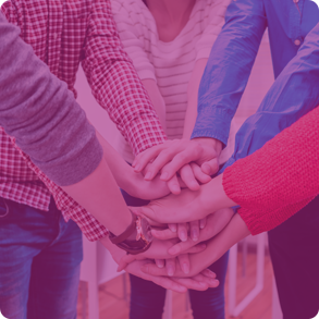 Un groupe de personne se donnent la main durant un entretien